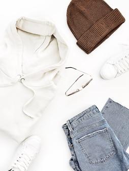 Lässige modekleidung und accessoire der frau auf weißer oberfläche. flache lage, draufsicht