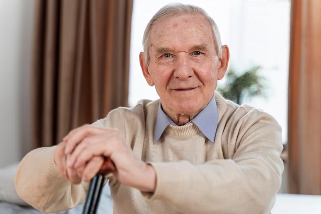 Lässiger älterer mann zu hause