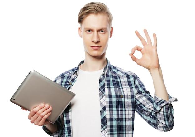 Lässiger mann mit tablet-pad-computer, der das ok-daumen-hoch-handzeichen macht