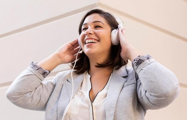 Lässiger teenager, der musik im freien hört
