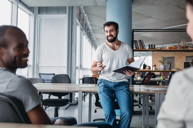 Lässiges brainstorming von start-up-teams im coworking space
