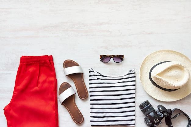 Lässiges frühjahr / sommer damenbekleidungsset. konzept für urlaubskleidung und accessoires.