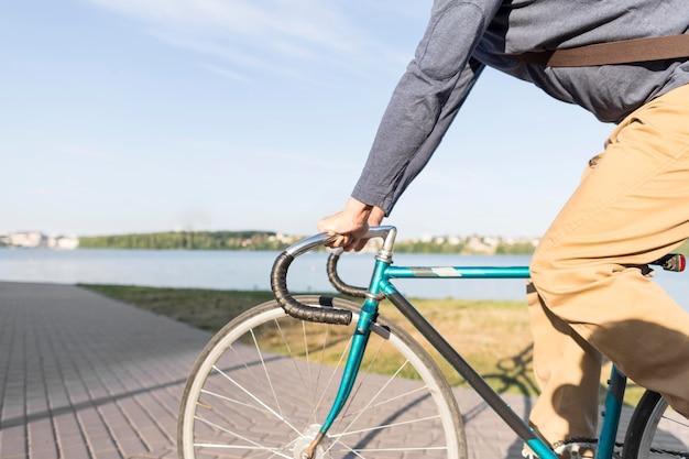 Lässiges männliches fahrrad im freien