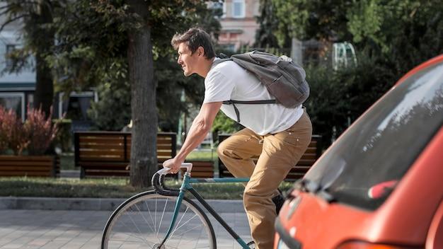 Lässiges männliches fahrrad zur arbeit