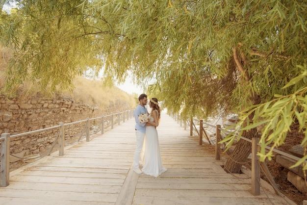 Lässiges und formelles hochzeitskleid der jungen braut und des bräutigams