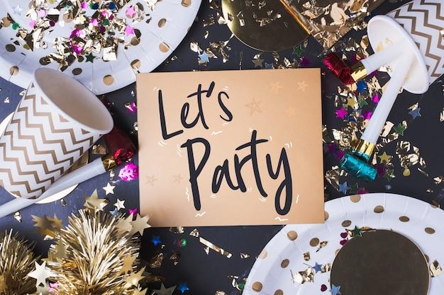 Lässt partei-pinselanschlaghandschrift auf grußkarte mit partycup