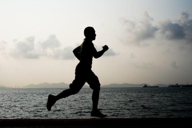 Läufer am strand laufen
