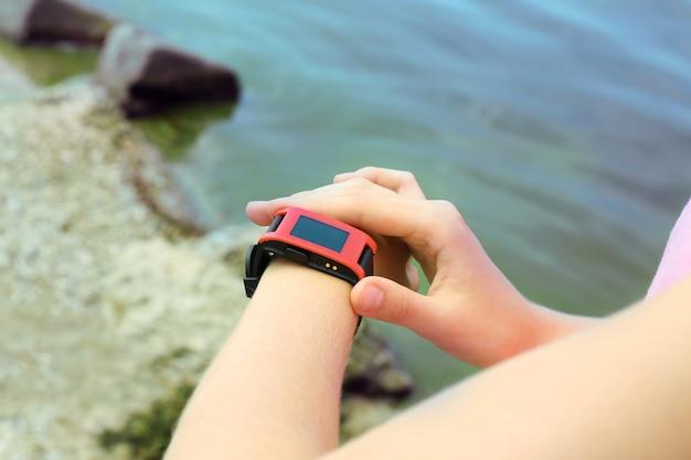 Läufer, der im freien auf sport-smartwatch schaut