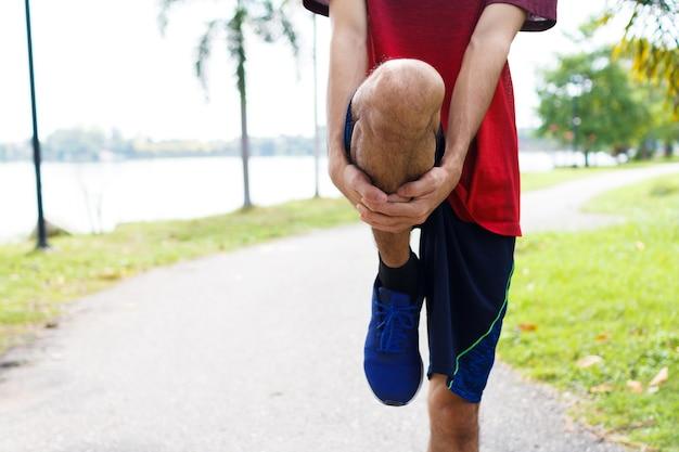 Läufer des jungen mannes vor dem laufen aufwärmen