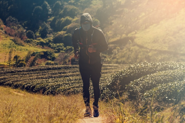 Läufer. junge leute, die auf einem bergweg laufen. abenteuer trail running auf einem mountainlifestyle.