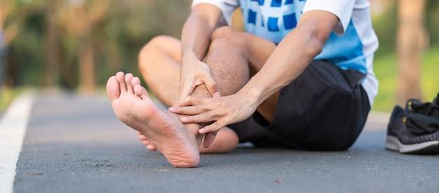 Läufer mit knöchelschmerzen und problemen nach dem laufen und training außerhalb des morgens