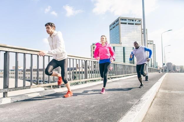 Läufer trainieren auf der straße