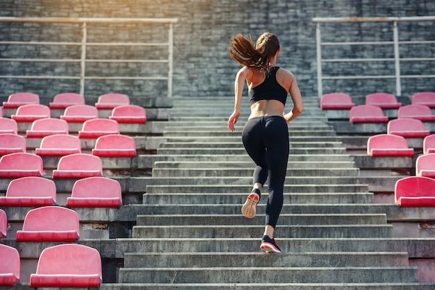 Läuferathlet läuft auf treppen