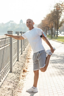 Läuferausdehnen des älteren mannes