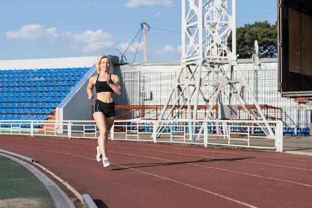Läuferfrau am stadion üben