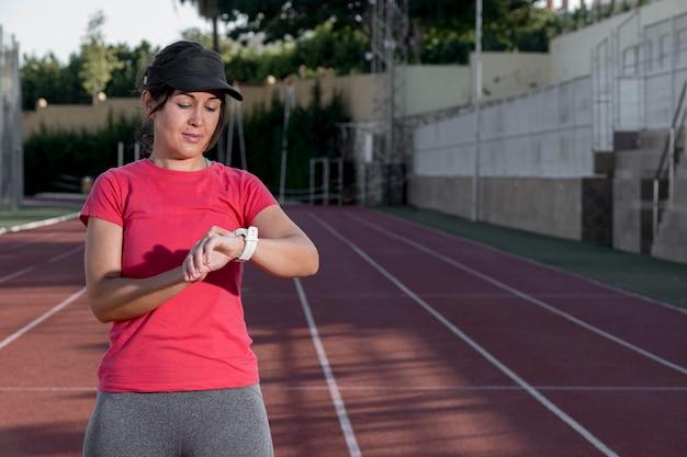 Läuferfrau, die handy prüft