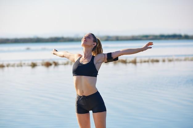 Läuferfrau, die nach dem training im freien sich entspannt