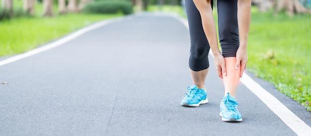 Läuferfrau mit beinschmerzen aufgrund von schienbeinschienen