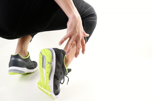 Läufersportler, der knöchel in den schmerz mit defekter laufender sportverletzung des verdrehten gelenks und athletischem mann hält
