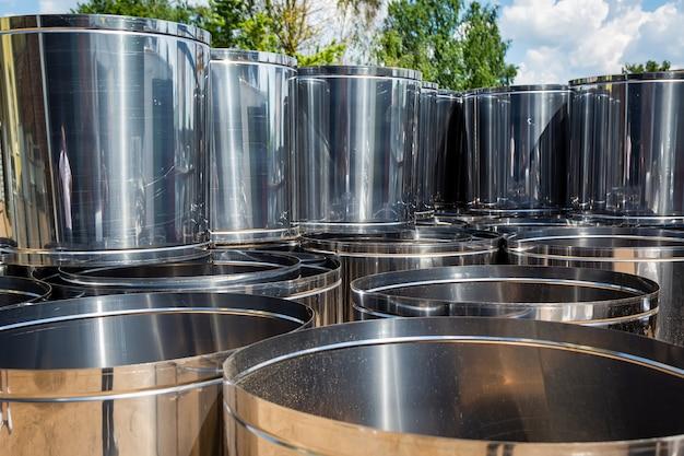Lager für lüftungsrohre. stahlrohre, teile für den bau von luftkanälen für eine industrielle klimaanlage in einer lagerhalle. industrielle atemwegsbelüftungsgeräte und rohrleitungssysteme.