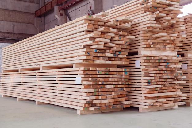 Lager oder fabrik zum sägen von brettern auf sägewerken in innenräumen.