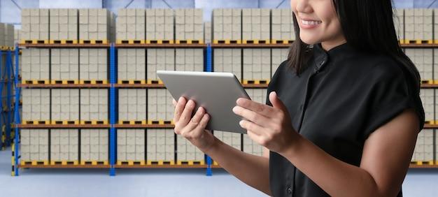 Lager- oder logistiksystemverwaltung mit digitalem tablet