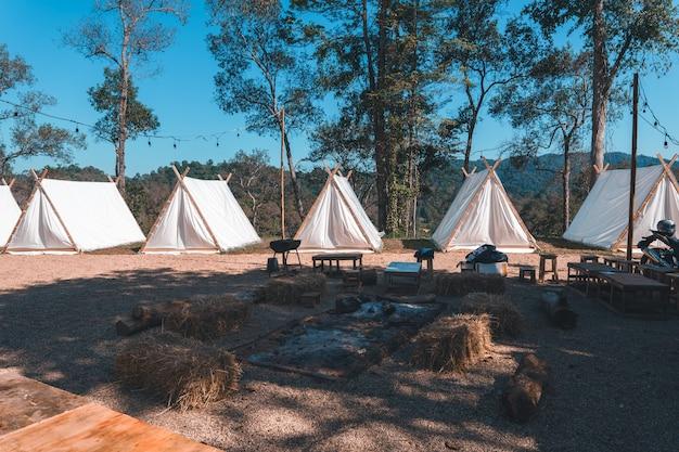 Lager und häuser im wald, haus im abendwald in asien