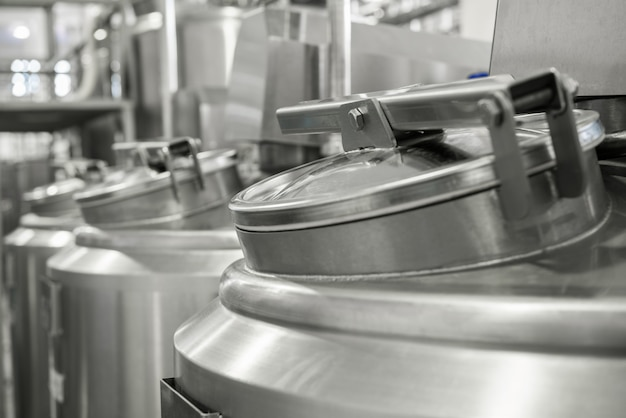 Lager- und pasteurisierungstank in der milchfabrik. ausrüstung in der molkerei