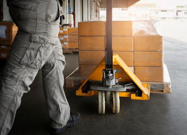 Lagerarbeiter entlädt paketboxen in den lagerversandboxen