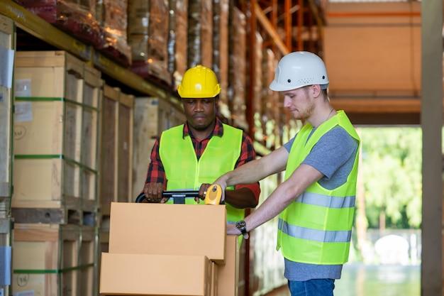 Lagerarbeiter laden oder entladen kisten im lager,