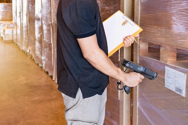 Lagerarbeiter scannt barcode-scanner mit produktetikett.