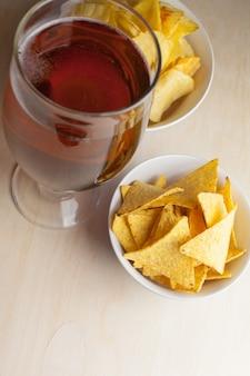 Lagerbier in glas und kartoffelchips