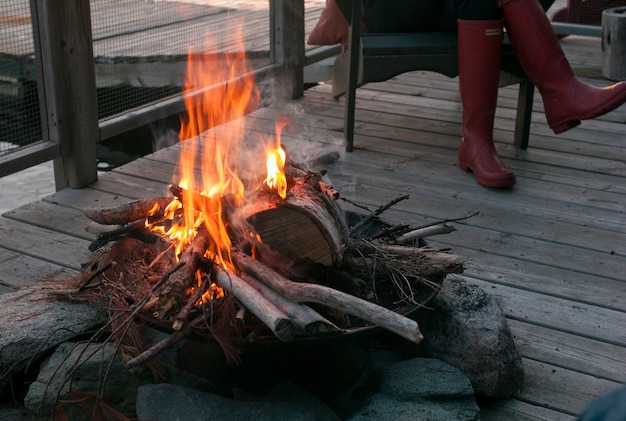 Lagerfeuer auf dock, lake of the woods, ontario, kanada