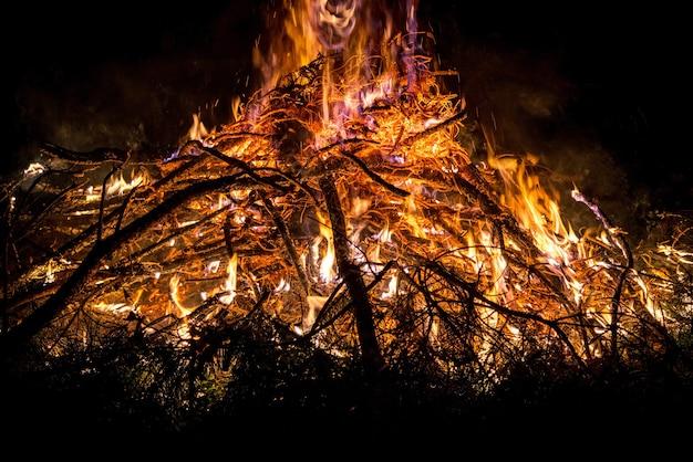 Lagerfeuer im freien, camping in der natur im freien im wald und warmes feuer und nacht