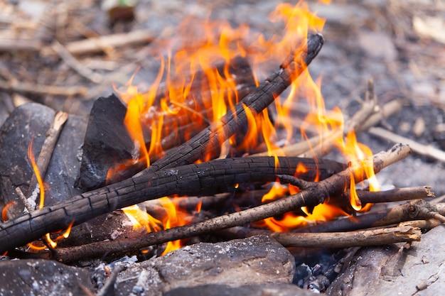 Lagerfeuer in den bergen.