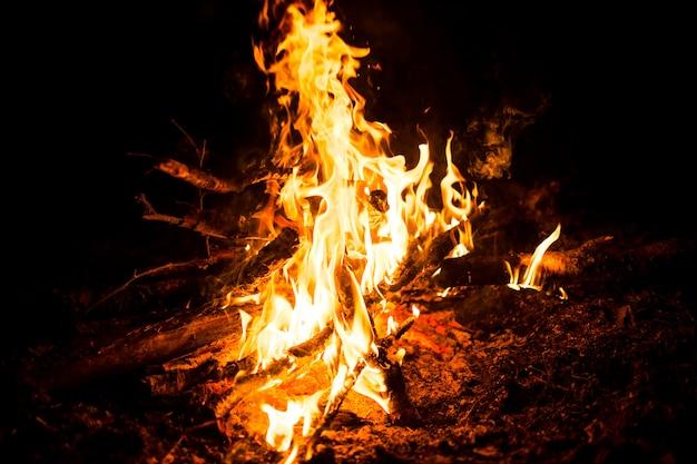 Lagerfeuer in der nacht.