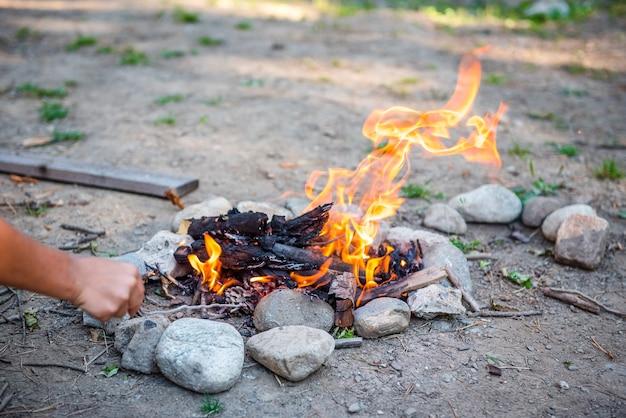Lagerfeuer in der natur im wald feuerflamme lagerfeuer in einem touristencamp im freien in den bergen