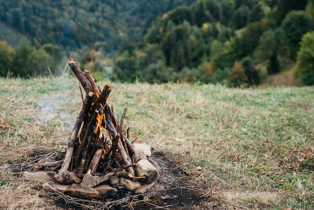 Lagerfeuer in einer natürlichen umgebung