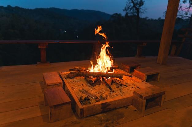 Lagerfeuer, lagerfeuer auf der veranda im wald