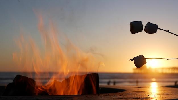 Lagerfeuerstelle am oceanside pier, kalifornien usa