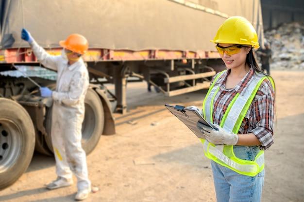 Lagerhalterin kontrolliert den jungen männlichen arbeiter, um produkte vorzubereiten, bevor er zum verkauf verschickt wird