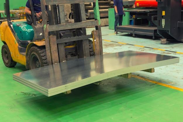 Lagerlogistikarbeit wird mit gabelstapler erledigt