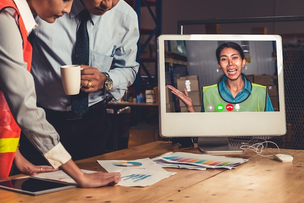 Lagermitarbeiter sprechen bei einem videoanruf bei der arbeit