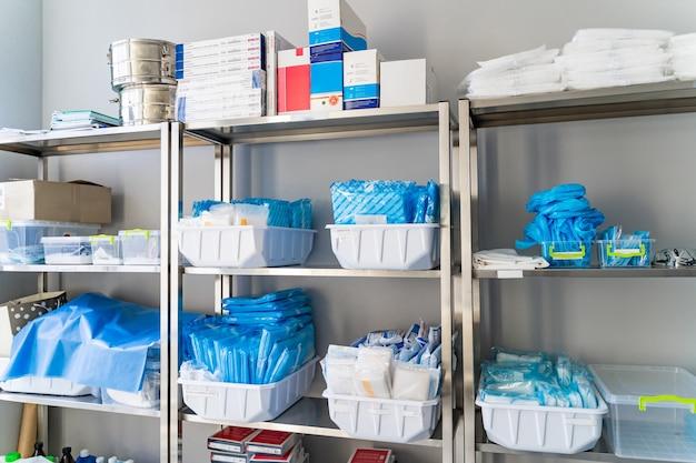 Lagerraum in der klinik. zusätzliche ausrüstung im krankenhaus. zusätzliches pharm-zeug. keine leute.