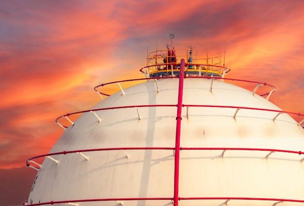 Lagertank für industriegase. lng- oder flüssigerdgas-lagertank. sphärische gaslagerstätten in erdölraffinerien. oberirdischer lagertank. erdgasspeicherindustrie. lpg-tank in kugelform.