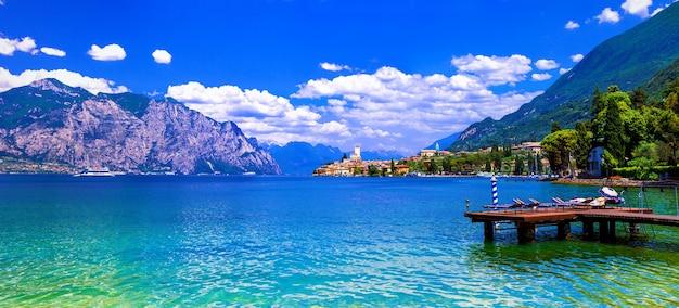 Lago di garda, schöner smaragdgrüner see in norditalien. blick auf das dorf malcesine
