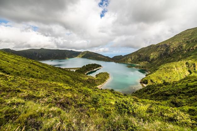 Lagoa do fogo, ein vulkansee in sao miguel, azoreninsel unter den dramatischen wolken