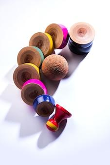 Lagori oder dikori, auch bekannt als lingocha oder pittu, ist ein spiel in indien, bei dem ein ball und ein haufen flacher steine oder holzchips verwendet werden. über stimmungsvollem hintergrund platziert. selektiver fokus