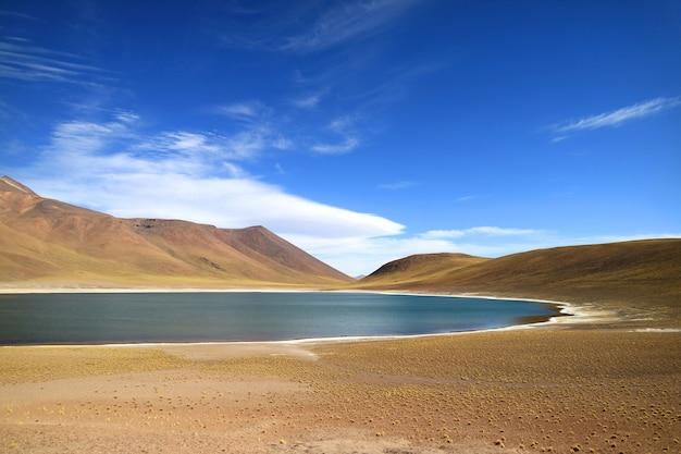 Laguna miniques, eine der erstaunlichen blauen lagune auf dem altiplano der antofagasta region, chile