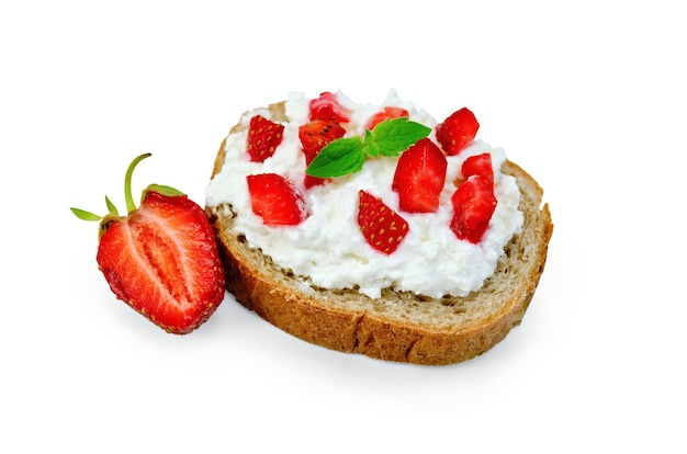 Laib französisches brot mit quarkcreme und erdbeeren